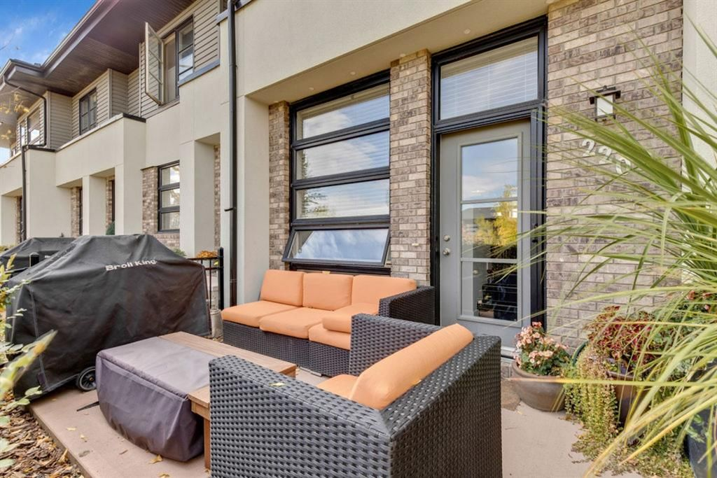 Main Photo: 220 ASPEN HILLS Villas SW in Calgary: Aspen Woods Row/Townhouse for sale : MLS®# A1057579