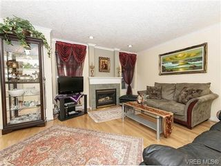 Photo 2: 2 1241 Santa Rosa Ave in VICTORIA: SW Strawberry Vale Row/Townhouse for sale (Saanich West)  : MLS®# 725343
