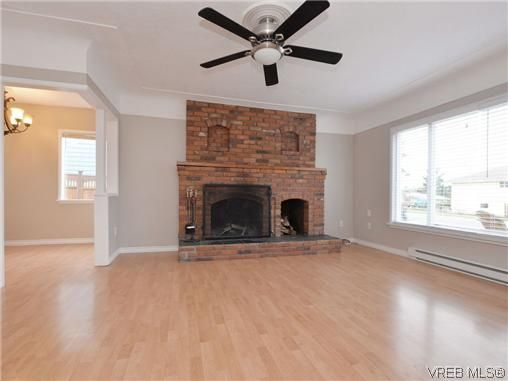 Photo 4: Photos: 4091 Borden St in VICTORIA: SE Lake Hill House for sale (Saanich East)  : MLS®# 720229