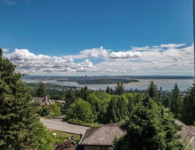Photo 2: Photos: 2426 Westhill Court Upper in West Vancouver: Westhill House for rent