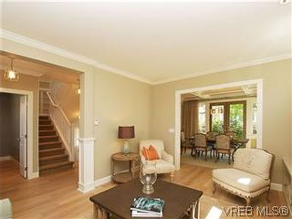 Photo 4: 211 Robertson St in VICTORIA: Vi Fairfield East House for sale (Victoria)  : MLS®# 585604