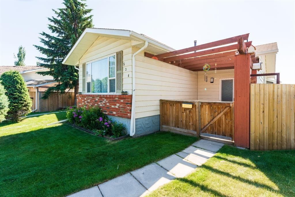 Photo 3: Photos: 534 QUEENSLAND Place SE in Calgary: Queensland Semi Detached for sale : MLS®# A1020359