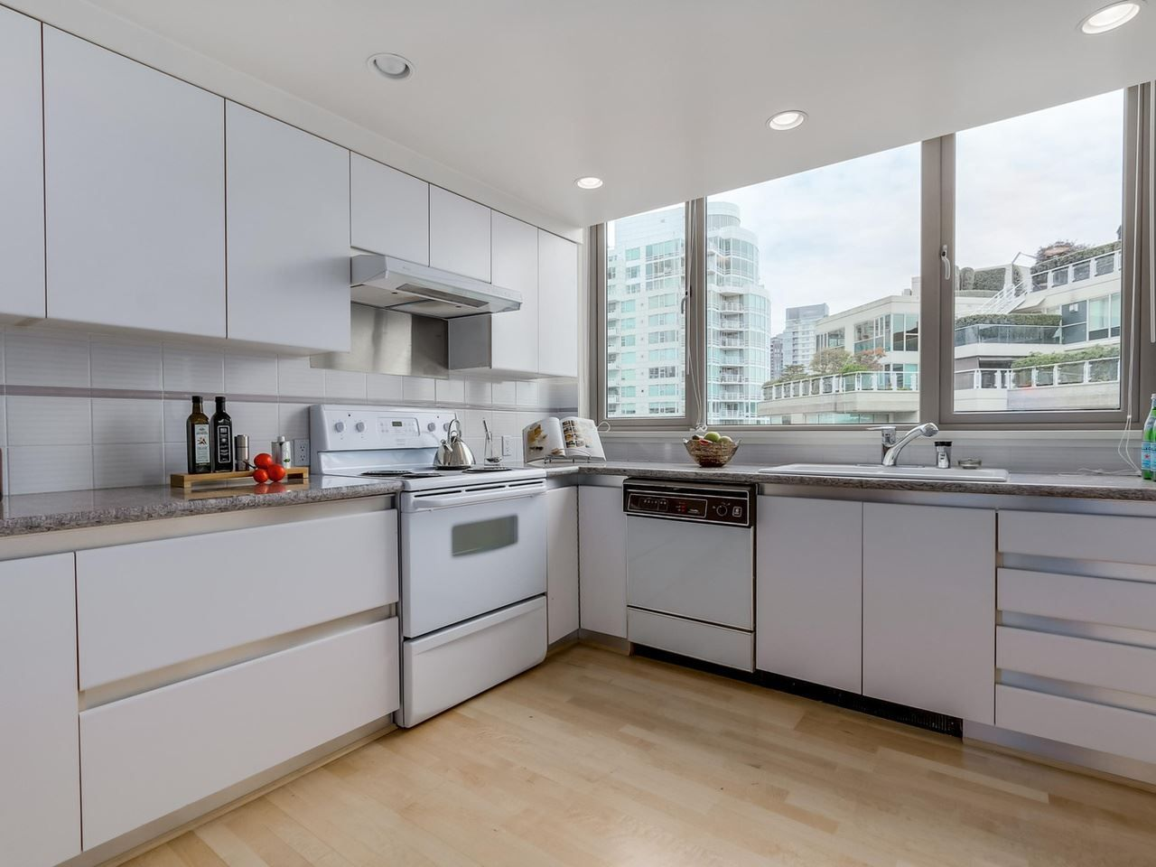 """Photo 12: Photos: 800 1675 HORNBY Street in Vancouver: Yaletown Condo for sale in """"SEAWALK SOUTH"""" (Vancouver West)  : MLS®# R2083569"""