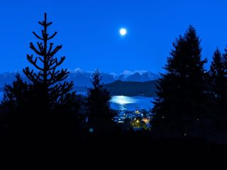 Photo 1: 384 STEWART Road in Gibsons: Gibsons & Area House for sale (Sunshine Coast)  : MLS®# R2594561