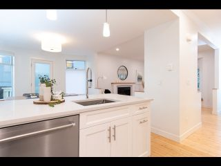 Photo 3: 36 W 14TH AVENUE in Vancouver: Mount Pleasant VW Townhouse for sale (Vancouver West)  : MLS®# R2541841