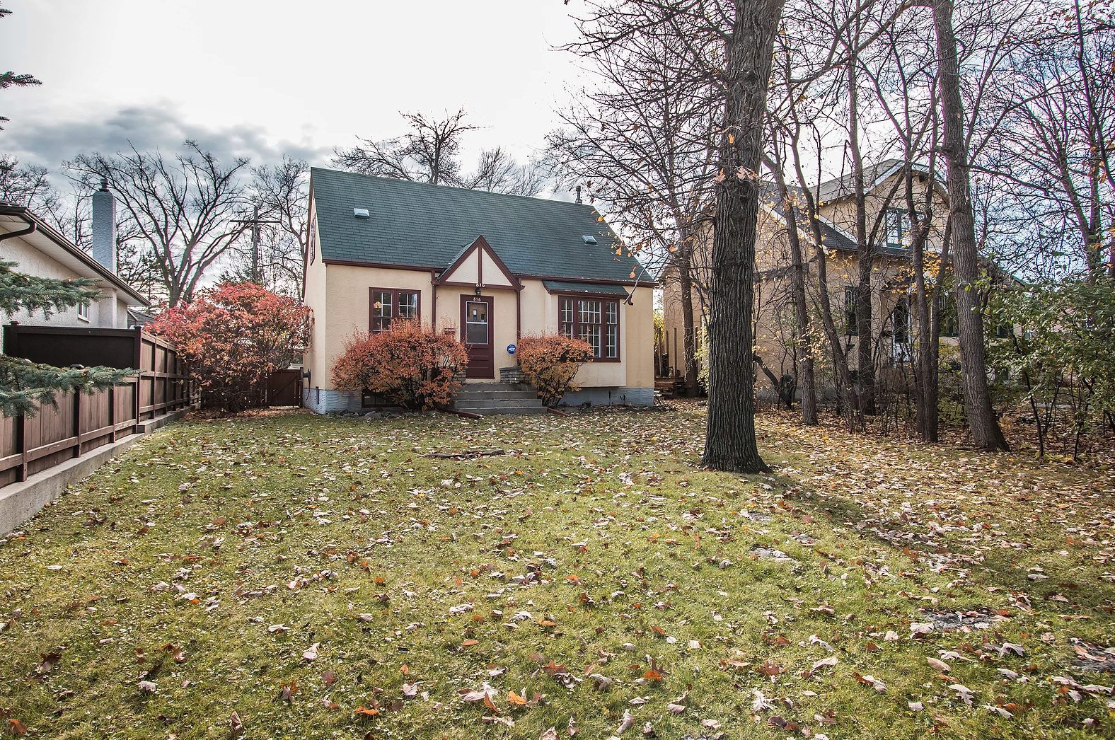 Main Photo: 816 North Drive: Residential for sale