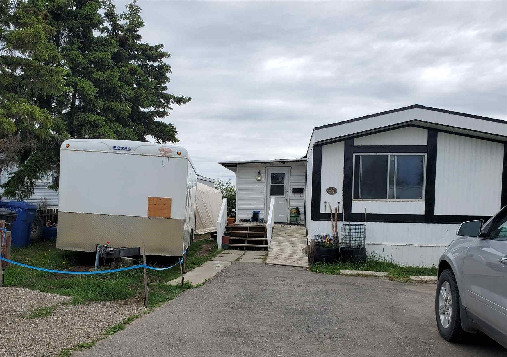 """Main Photo: 84 8420 ALASKA Road in Fort St. John: Fort St. John - City SE Manufactured Home for sale in """"PEACE COUNTRY MHP"""" (Fort St. John (Zone 60))  : MLS®# R2547687"""