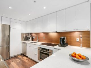 """Photo 2: 2202 930 CAMBIE Street in Vancouver: Yaletown Condo for sale in """"PACIFIC PLACE LANDMARK 2"""" (Vancouver West)  : MLS®# R2161898"""