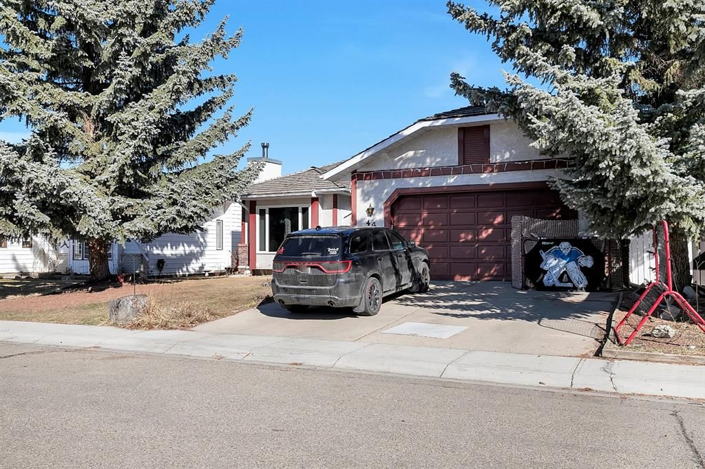 This fully developed 1500SF Bungalow is located on a quiet Deer Park Close