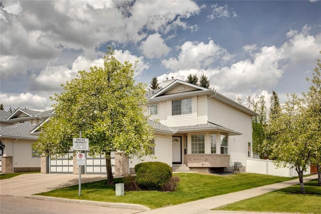 Main Photo: 33 SILVERGROVE Close NW in Calgary: Silver Springs Row/Townhouse for sale : MLS®# C4300784