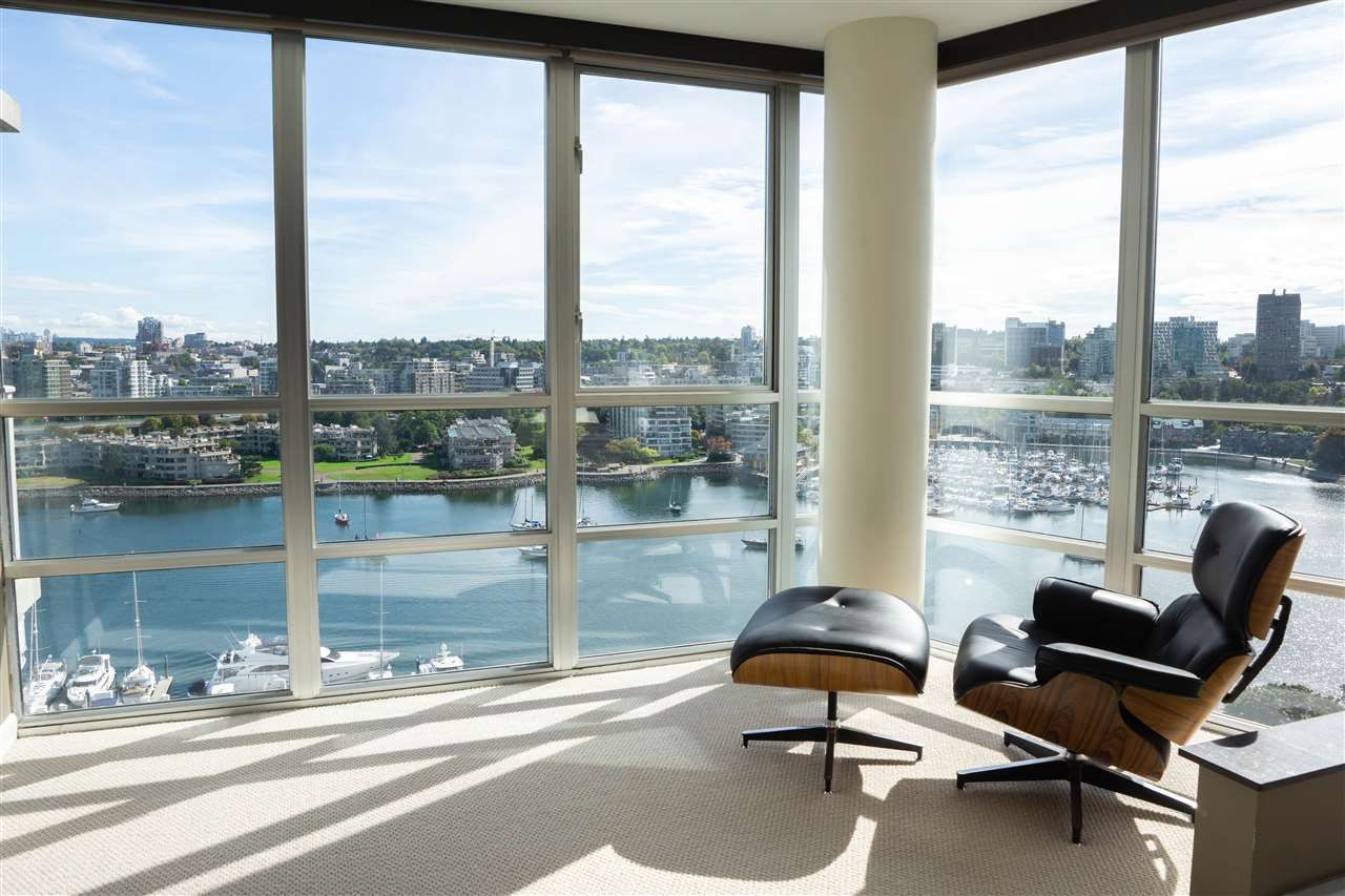 """Main Photo: 1902 1228 MARINASIDE Crescent in Vancouver: Yaletown Condo for sale in """"Crestmark II"""" (Vancouver West)  : MLS®# R2582919"""