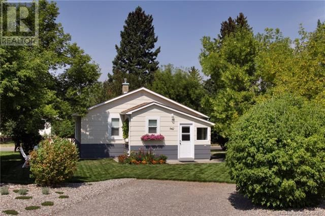 Main Photo: 942 Willow Street in Pincher Creek: House for sale : MLS®# A1143402