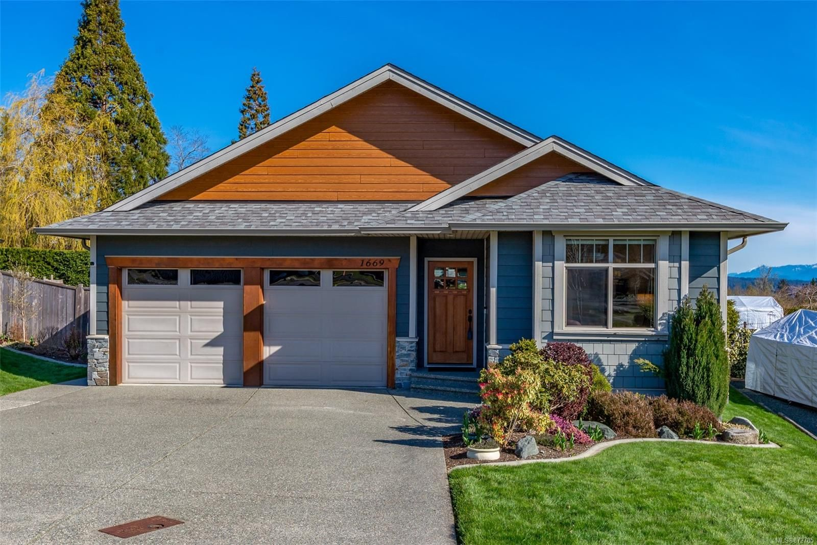 Main Photo: 1669 Glen Eagle Dr in : CR Campbell River Central House for sale (Campbell River)  : MLS®# 872785