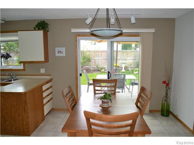 Photo 4: Photos: 27 Woodcroft Bay in WINNIPEG: Maples / Tyndall Park Residential for sale (North West Winnipeg)  : MLS®# 1524460