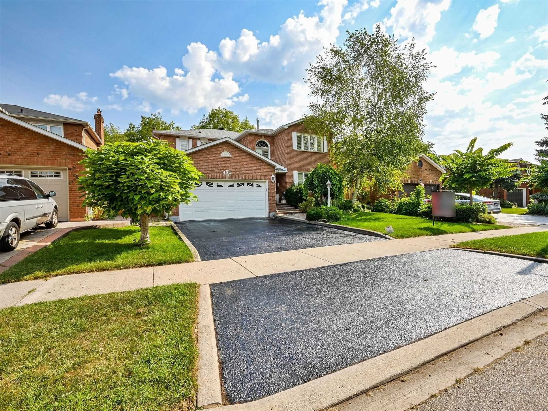 Main Photo: 452 Hedgerow Lane in Oakville: Iroquois Ridge North House (2-Storey) for sale : MLS®# W5355306