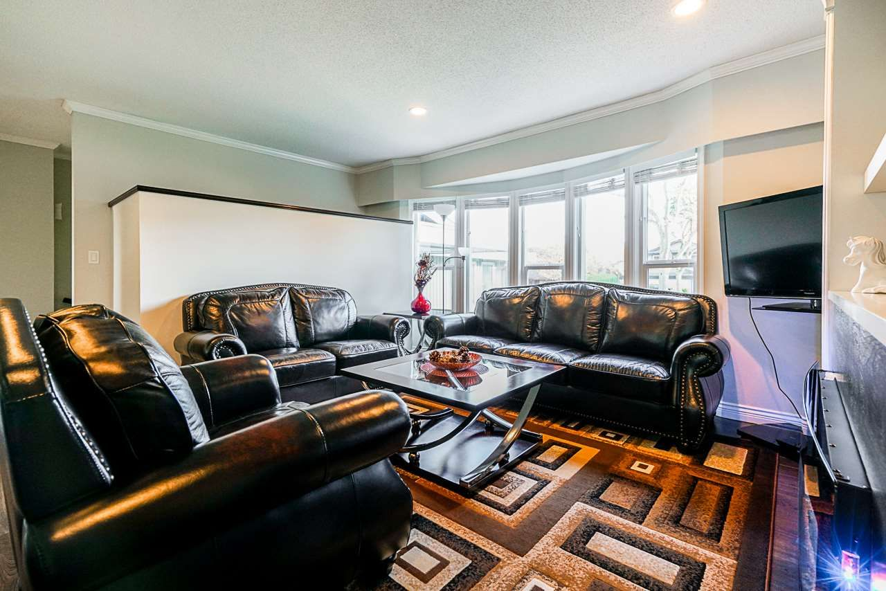 Photo 3: Photos: 12860 CARLUKE Crescent in Surrey: Queen Mary Park Surrey House for sale : MLS®# R2516199
