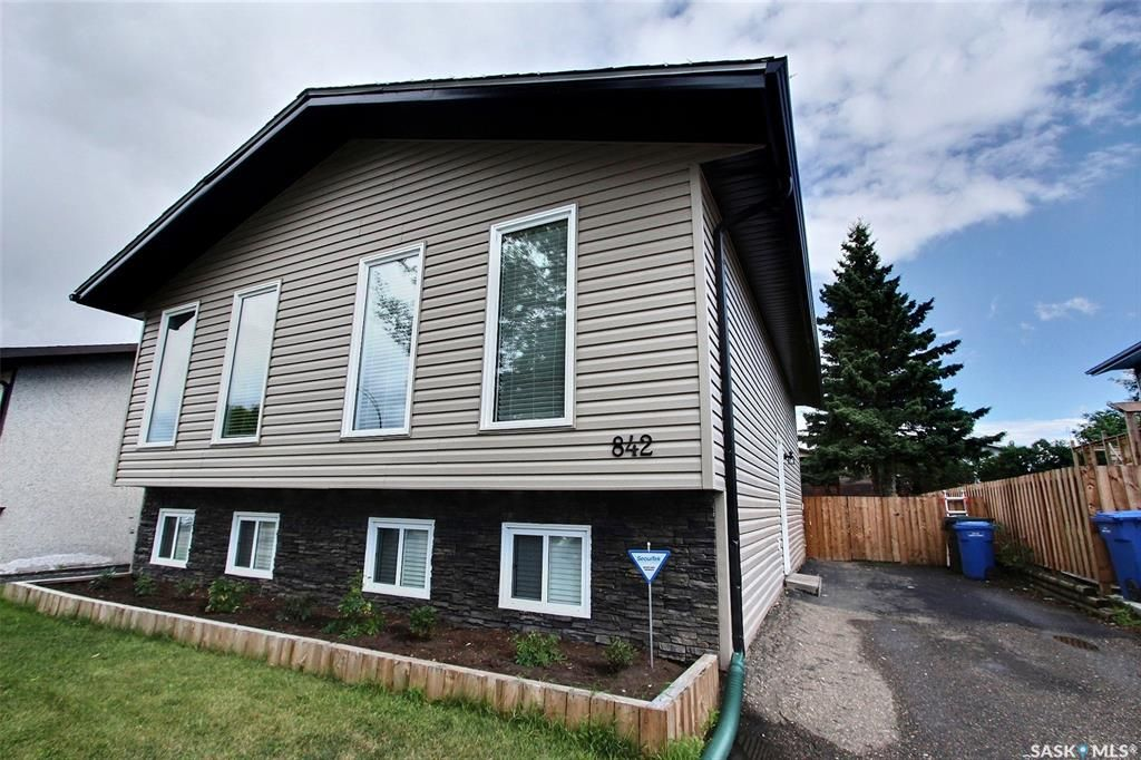 Main Photo: 842 Spencer Drive in Prince Albert: River Heights PA Residential for sale : MLS®# SK840561