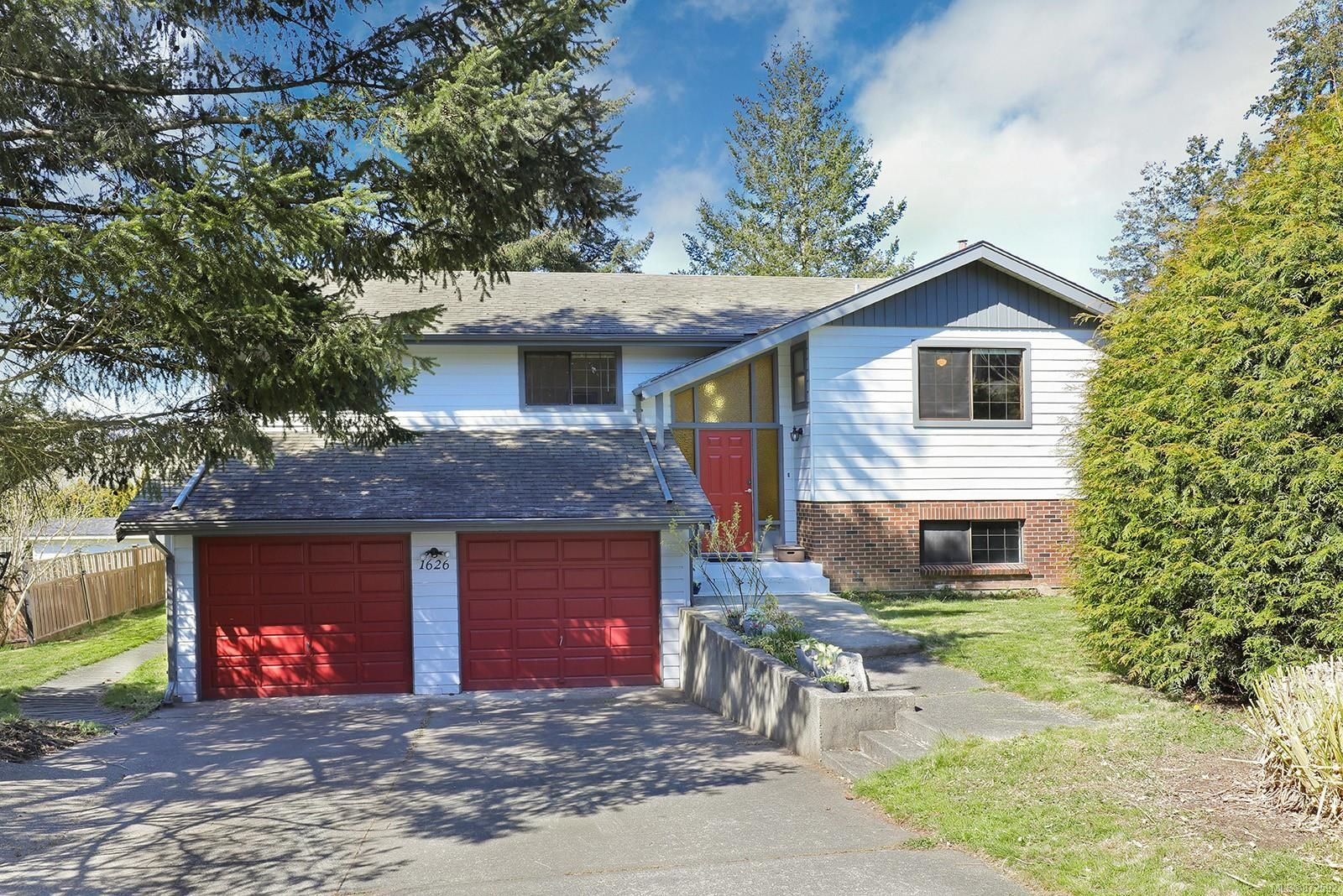 Photo 1: Photos: 1626 Valley Cres in : CV Courtenay East House for sale (Comox Valley)  : MLS®# 872592