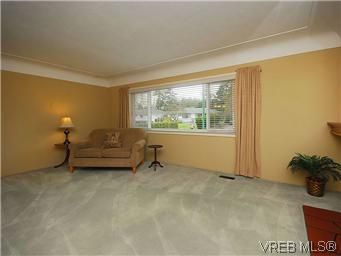 Photo 4: Photos: 3393 Henderson Road in VICTORIA: OB Henderson Residential for sale (Oak Bay)  : MLS®# 304938