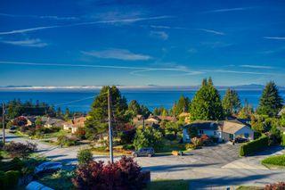 "Photo 6: 4960 ARBUTUS Road in Sechelt: Sechelt District House for sale in ""DAVIS RIDGE ESTATES"" (Sunshine Coast)  : MLS®# R2622482"