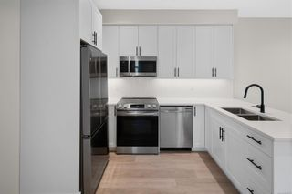Photo 10: 2706 Graham St in Victoria: Vi Hillside Row/Townhouse for sale : MLS®# 884555