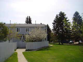 Photo 1: 33 AMBERLY Court in Edmonton: Zone 02 Townhouse for sale : MLS®# E4247995