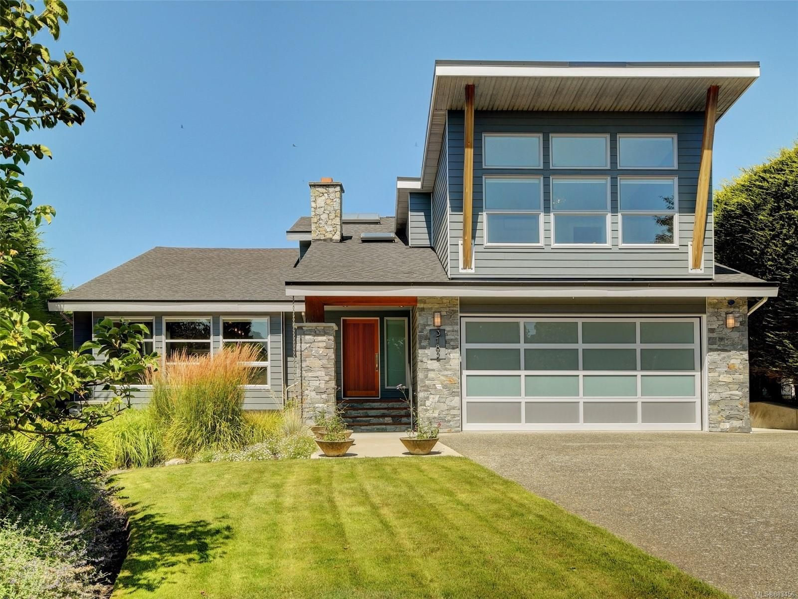 Main Photo: 3182 Wessex Close in : OB Henderson House for sale (Oak Bay)  : MLS®# 883456