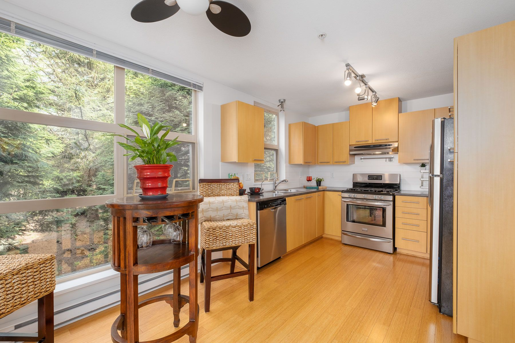"""Photo 9: Photos: 404 9339 UNIVERSITY Crescent in Burnaby: Simon Fraser Univer. Condo for sale in """"HARMONY AT THE HIGHLANDS"""" (Burnaby North)  : MLS®# R2578073"""