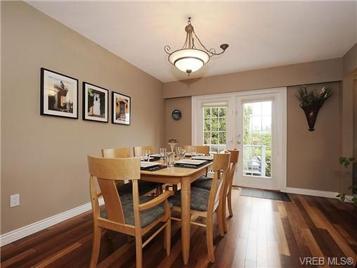 Photo 6: Photos: 2320 Hollyhill Pl in VICTORIA: SE Arbutus Half Duplex for sale (Saanich East)  : MLS®# 652006