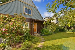 Photo 3: 7826 Wallace Dr in Central Saanich: CS Saanichton House for sale : MLS®# 878403