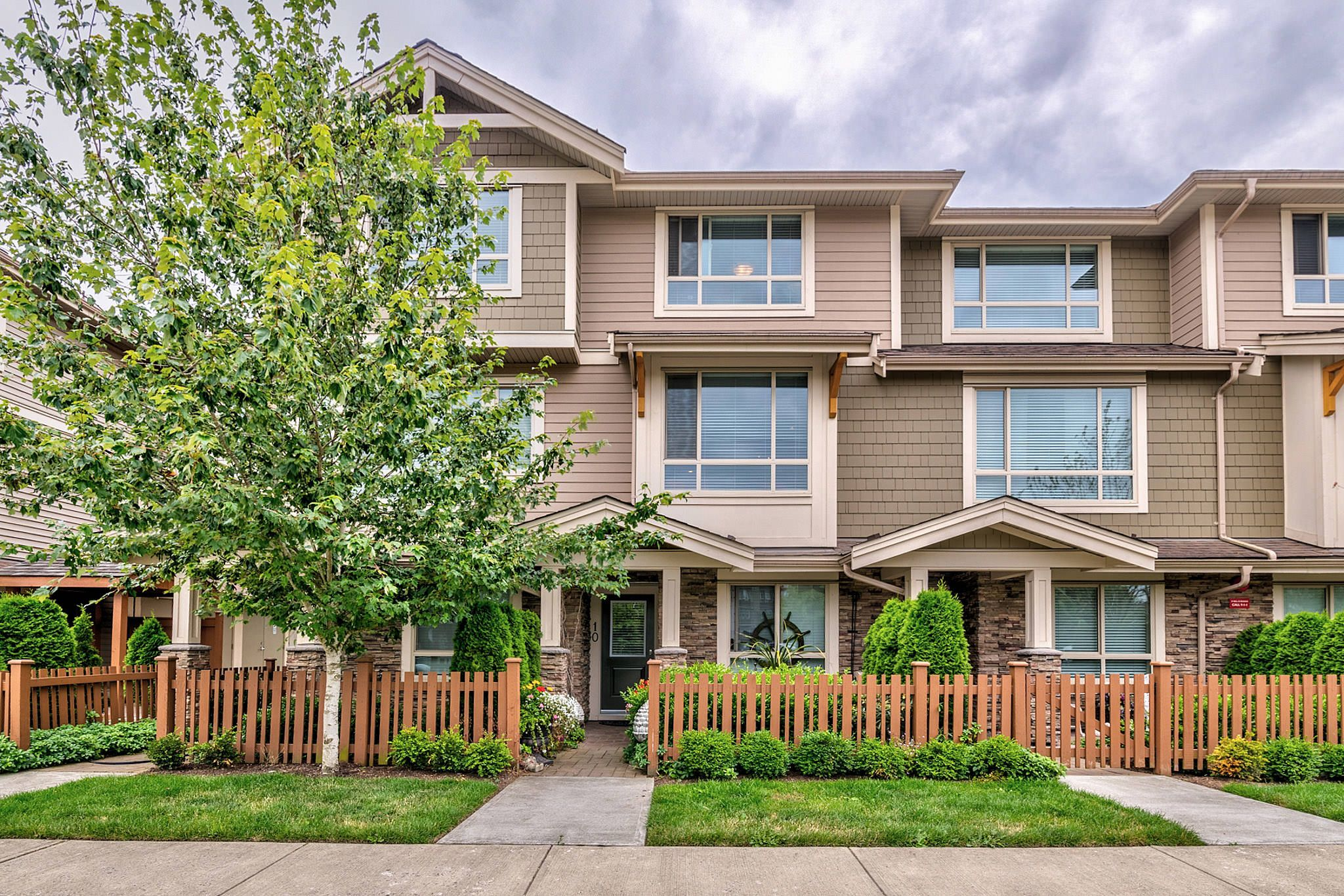 Photo 2: Photos: 10 19742 55A Street in Langley: Langley City Townhouse for sale : MLS®# R2388093