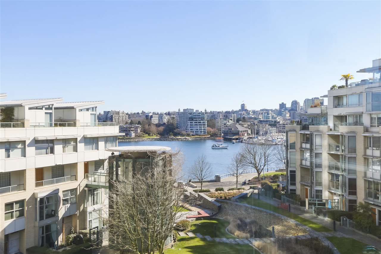 """Main Photo: 605 1228 MARINASIDE Crescent in Vancouver: Yaletown Condo for sale in """"CRESTMARK II"""" (Vancouver West)  : MLS®# R2427268"""