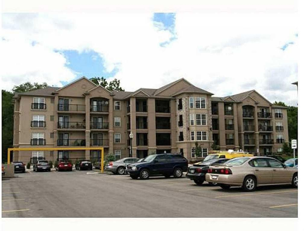 Main Photo: 210 2075 APPLEBY Line in Burlington: Condominium for lease : MLS®# H4068569