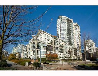 "Photo 1: 605 1383 MARINASIDE Crescent in Vancouver: False Creek North Condo for sale in ""COLUMBUS"" (Vancouver West)  : MLS®# V685162"