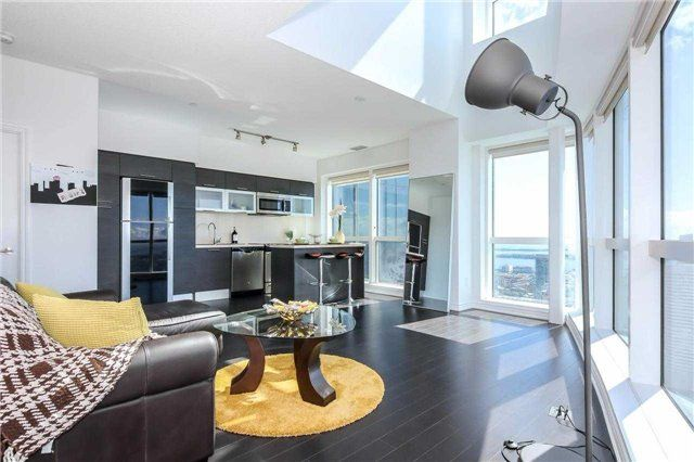 Main Photo: 386 Yonge St Unit #5711 in Toronto: Bay Street Corridor Condo for sale (Toronto C01)  : MLS®# C3611063