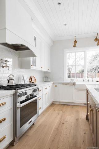 Photo 2: 586 Oliver St in Oak Bay: OB South Oak Bay House for sale : MLS®# 844559