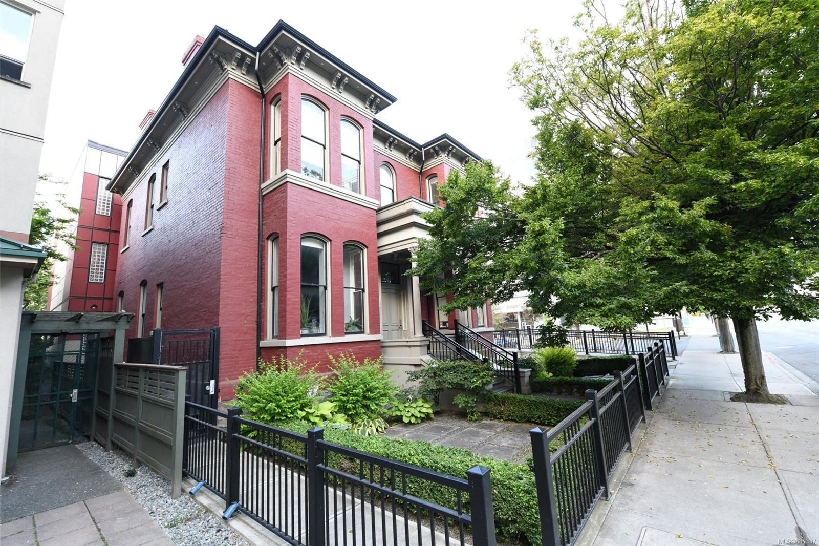 Main Photo: 1 1007 Johnson St in Victoria: Vi Downtown Office for sale : MLS®# 886337