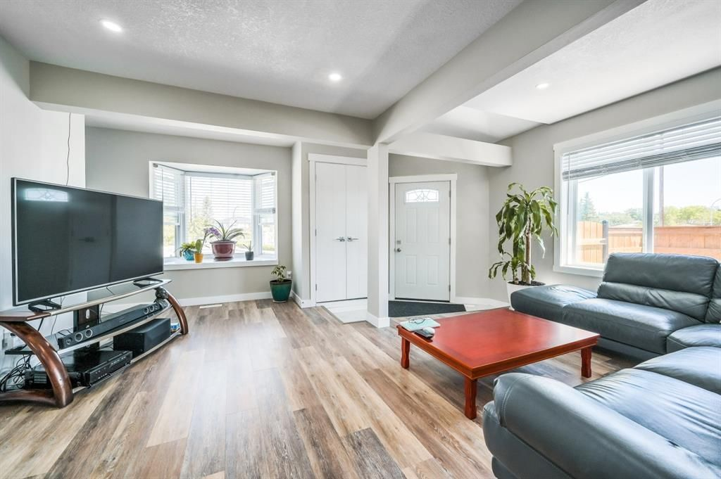 Main Photo: 6403 35 Avenue NW in Calgary: Bowness Detached for sale : MLS®# A1124607