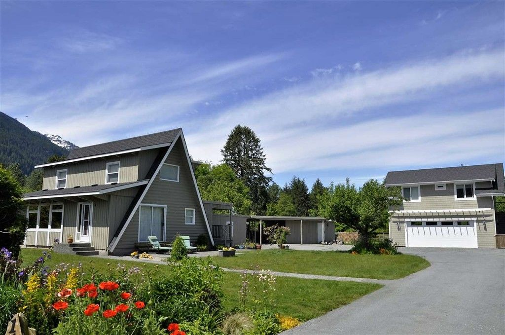Main Photo: 1135 Laramee Road in Squamish: Brackendale House for sale