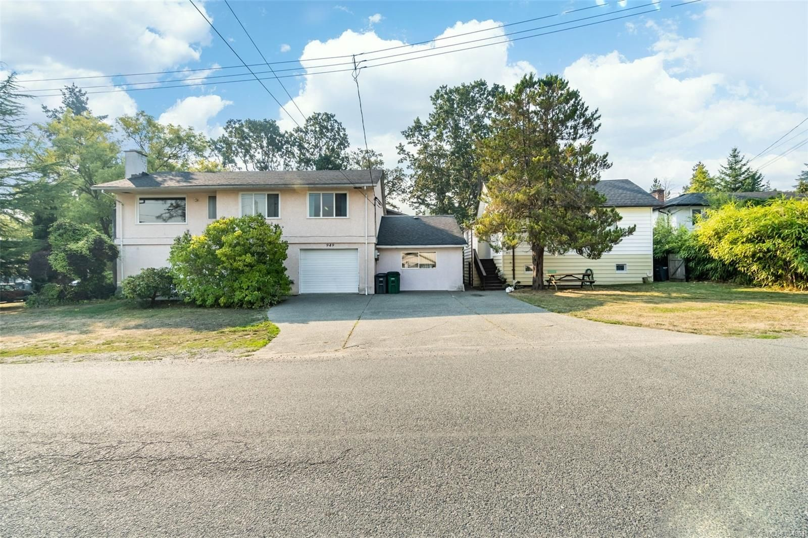 Main Photo: 949 McBriar Ave in Saanich: SE Lake Hill House for sale (Saanich East)  : MLS®# 854961