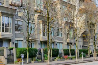 """Photo 1: 407 969 RICHARDS Street in Vancouver: Downtown VW Condo for sale in """"MONDRIAN II"""" (Vancouver West)  : MLS®# R2419984"""