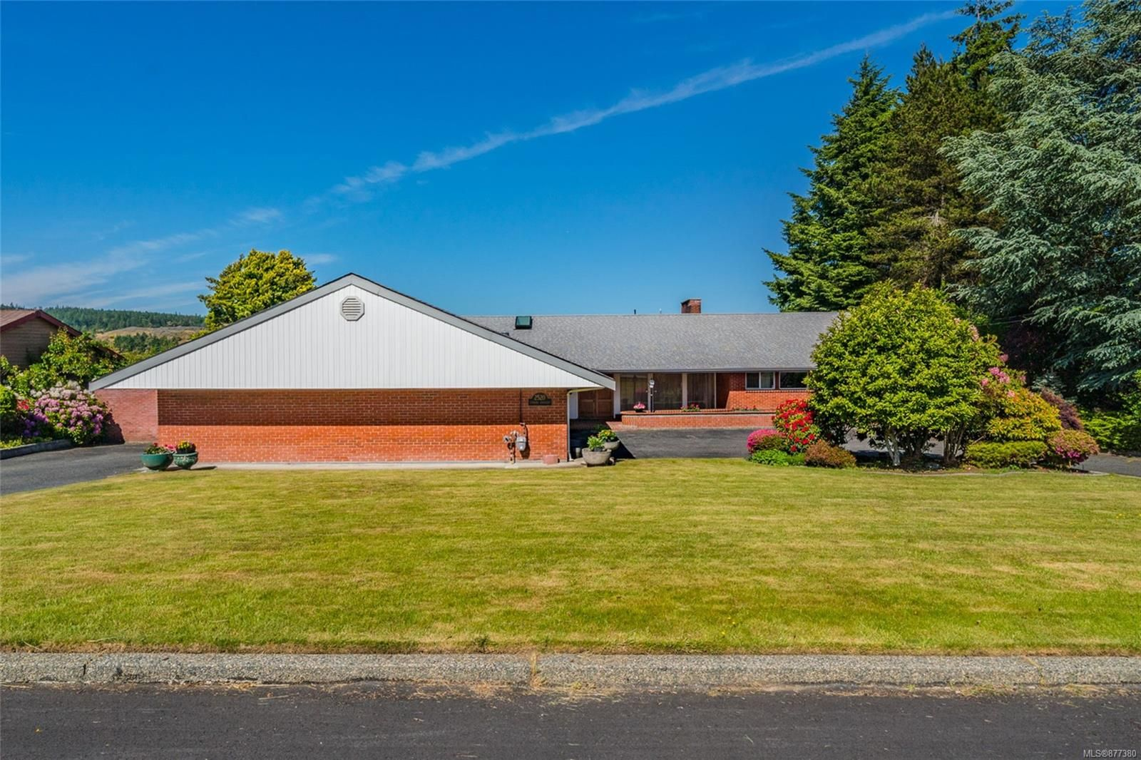 Main Photo: 2520 Lynburn Cres in : Na Departure Bay House for sale (Nanaimo)  : MLS®# 877380