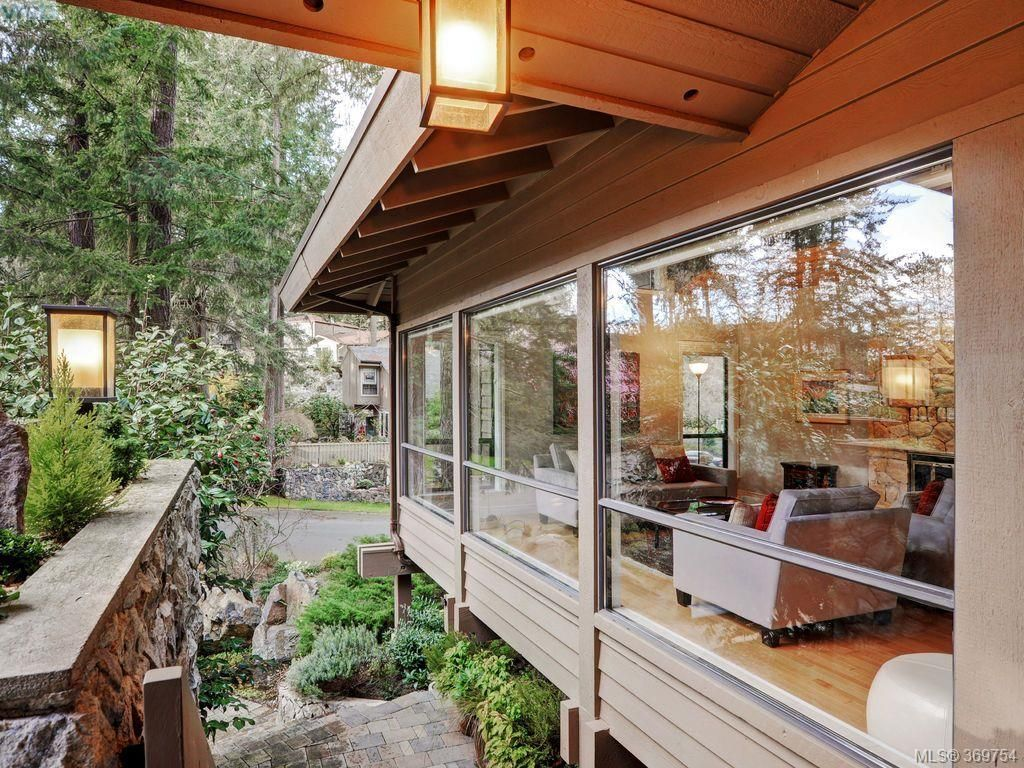 Main Photo: 961 Sunnywood Crt in VICTORIA: SE Broadmead House for sale (Saanich East)  : MLS®# 741760