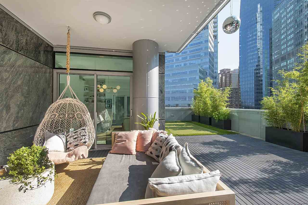 """Main Photo: 602 277 THURLOW Street in Vancouver: Coal Harbour Condo for sale in """"Three Harbour Green"""" (Vancouver West)  : MLS®# R2593721"""