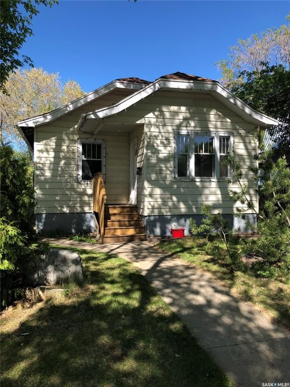 Main Photo: 825 L Avenue South in Saskatoon: King George Residential for sale : MLS®# SK859325