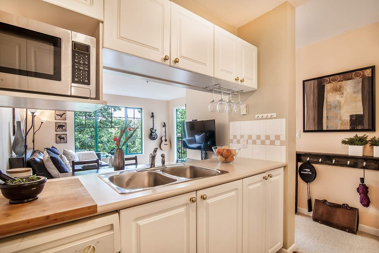 """Photo 9: Photos: 409 929 W 16TH Avenue in Vancouver: Fairview VW Condo for sale in """"OAKVIEW GARDENS"""" (Vancouver West)  : MLS®# R2189624"""