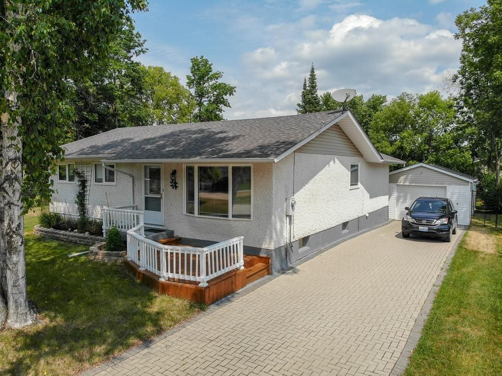Main Photo: 5 Connaught Place in Pinawa: R18 Residential for sale : MLS®# 202118519