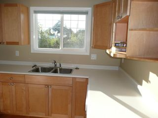 Photo 13: 484 Foster St in Victoria: Residential for sale : MLS®# 285068