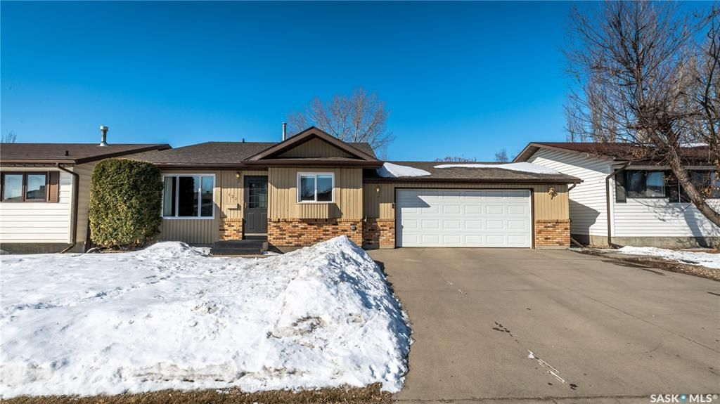 Main Photo: 122 Stacey Crescent in Saskatoon: Dundonald Residential for sale : MLS®# SK803368