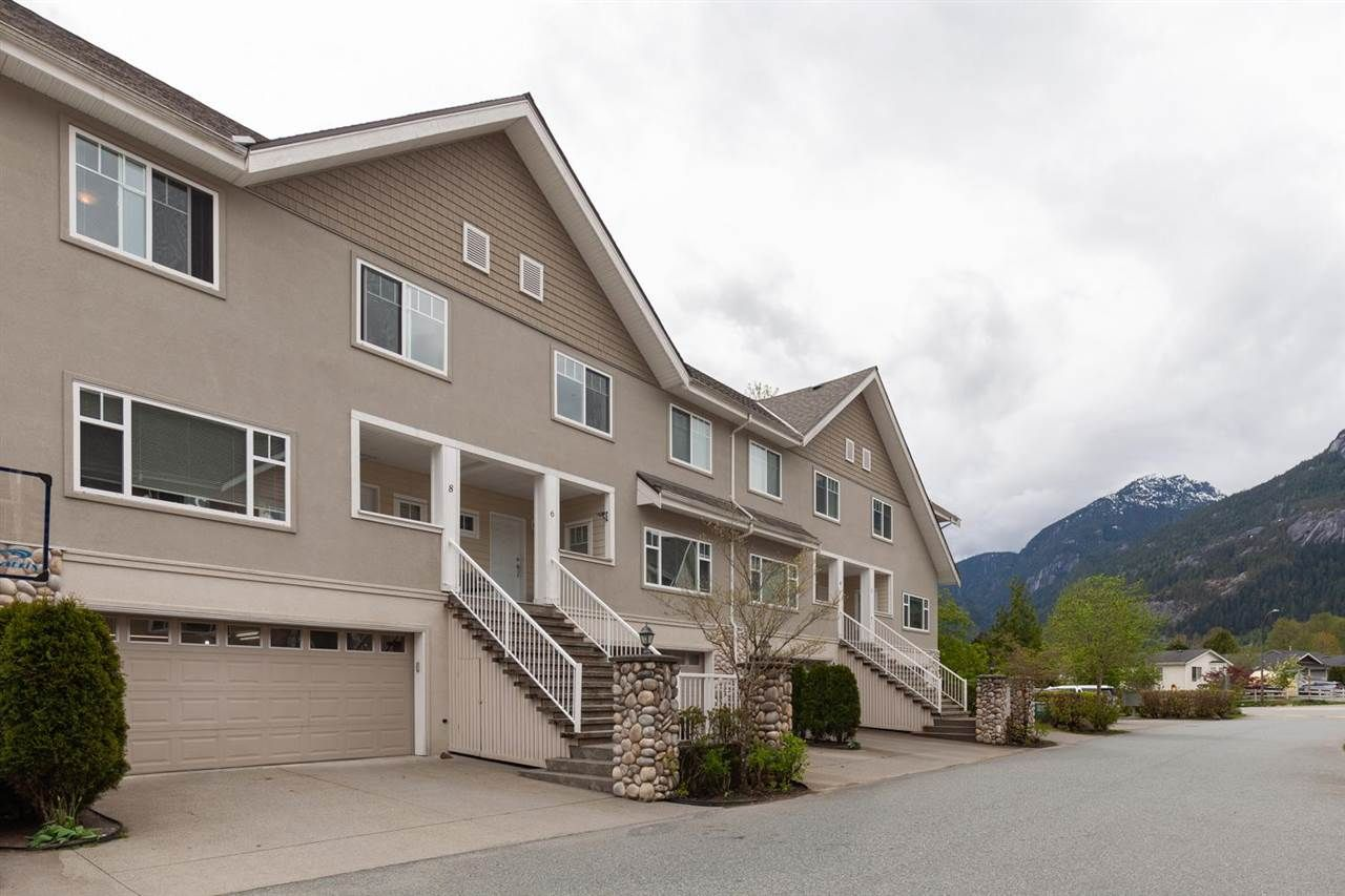"""Main Photo: 8 1200 EDGEWATER Drive in Squamish: Northyards Townhouse for sale in """"EDGEWATER"""" : MLS®# R2585236"""